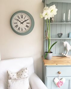 My amaryllis has bloomed it won't last long so needed a pic. Hope you're enjoying your Saturday. I'm hoping to go to garden centre for clematis for the fences in my garden later x . . #amaryllis #flowers #blooms #countrykitchen #countrystyle #dresser #interiors #weekend #aquietstyle
