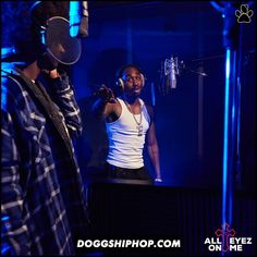 Se viene All Eyez On Me en esta escena 2pac trabaja en el estudio con Snoop Dogg! Terrible peli
