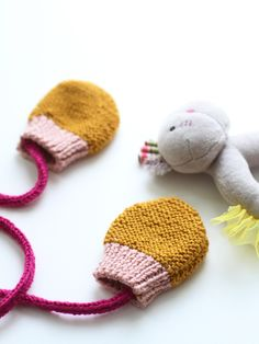 32 Ideas for sewing baby mittens kids Knitting Kits, Knitting For Kids, Crochet For Kids, Baby Knitting, Knitting Patterns, Crochet Patterns, Crochet Slippers, Knit Crochet, Crochet Hats