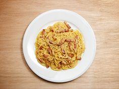スパゲッティー・アラ・カルボナーラ - やわからくミルキーなクリームとベーコンの絶妙な塩加減が相性抜群 Quick Pasta Sauce, Macaroni And Cheese, Spaghetti, Cooking, Ethnic Recipes, Food, Kitchen, Mac And Cheese, Essen