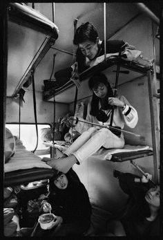 Historic photos in and around China. Chinese people on a trains, // Wang Fuchun. Chinese history and vintage photography Black White Photos, Black And White Photography, China Train, Fotojournalismus, Fan Ho, Trains, Hong Kong, Photo Focus, Vintage Photography