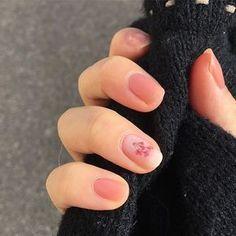 久しぶりのネイルは、仕事仕様でシンプルに ポイントに、薬指だけDucatoのコンデンスミルクに押し花シール 桜とかマルチラインのシールも買ったから、はやく使いたいなぁ ♪ #selfnail #nail #しずくネイルシール #セルフネイル #ネイル
