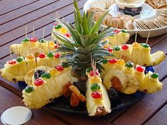 How cute is this pineapple tray? I might use fresh cherries instead of glace cherries, but this is so cute! And we love fresh pineapple. What flavor of cheese would be good with pineapple? Fruits Decoration, Fingers Food, Fruit Creations, Fruit Recipes, Cooking Recipes, Food Carving, Silvester Party, Fruit Dishes, Veggie Tray