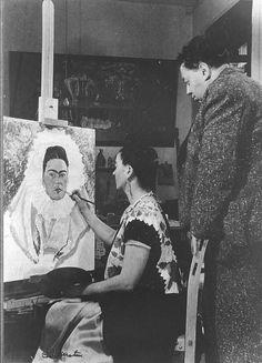 Diego Rivera con Frida Kahlo, ella pintando uno de sus retratos, 1942  Foto Bernard G. Silverstein.