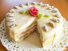 """""""Hvit dame"""" er den ultimate festkaken i Bergen! Hanseatene fra Tyskland tok denne flotte kaken med seg til Bergen og slik ble dette etter hvert en skikkelig bergenskake. En ekte """"Hvit dame"""" består av både sukkerbrødsbunn og makronbunn og fylles med jordbærsyltetøy og pisket krem. Kaken dekkes med krem og marsipanlokk og pyntes med valnøtter og marsipanroser. En vidunderlig god og evig populær klassiker på bløtkakefronten! Cake Recipes, Dessert Recipes, Desserts, Norwegian Food, Norwegian Recipes, Danish Food, Little Cakes, Let Them Eat Cake, Coffee Cake"""