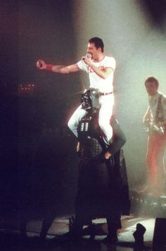 Freddie Mercury (Queen) and Darth Vader (Star Wars) 1980 Queen Freddie Mercury, Queen Band, Stevie Nicks, Darth Vader, Rolling Stones, Roger Taylor, Queen Photos, Queen Images, We Will Rock You