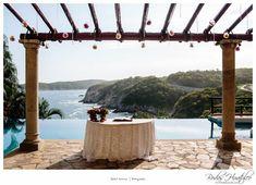 Hermosa y sencilla ambientacion para tu boda simbólica, teniendo como fondo la inmensidad del mar, Bodas Huatulco.