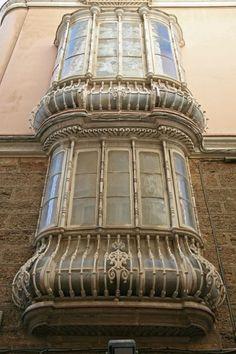 Si vas a Cádiz, no sólo mires para el suelo, mira también para arriba y deleitate con los balcones de Cádiz. Malaga, Granada, Spanish, Windows, Architecture, House Styles, City, World, Building