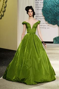 Ulyana Sergeenko - Pasarela.. This beautiful dress reminds me of Scarlett Ohara from Gone with the Wind.