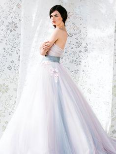 Abiti da sposa con accessori blu