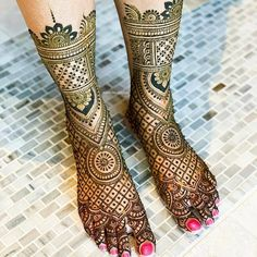 Mehendi on the legs is as important for the bride as is to put it in her hands. We have collected amazing mehndi designs for leg for your inspiration. Mehandhi Designs, Latest Bridal Mehndi Designs, Full Hand Mehndi Designs, Mehndi Designs 2018, Wedding Mehndi Designs, Leg Mehendi Design, Leg Mehndi, Rajasthani Mehndi Designs, Dulhan Mehndi Designs