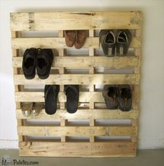 Sapateira feita a partir de palete de madeira  www.maispaletes.com  #palletfurniture #shoes #upcycling #decoration