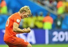 """13-Jul-2014 9:36 - KUIJT DENKT NOG NIET AAN STOPPEN. Dirk Kuijt viert volgende week zijn 34e verjaardag, maar over afscheid nemen van het Nederlands elftal heeft hij nog geen moment nagedacht. """"Ik ga nu eerst op vakantie en moet dan afwachten wat de nieuwe bondscoach voor plannen heeft"""", doelde hij na de zege van Oranje in de troostfinale van het WK op Brazilië (3-0) op Guus Hiddink."""