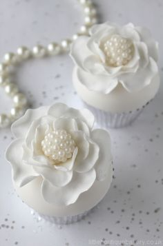 Beautiful white flowers and pearls cupcakes. Flowers Cupcakes, Cupcakes Flores, White Cupcakes, Pretty Cupcakes, Beautiful Cupcakes, Floral Cupcakes, Lace Cupcakes, Elegant Cupcakes, Oreo Cupcakes