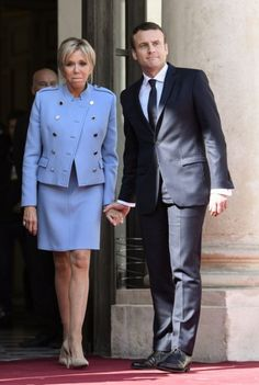 French newly elected President Emmanuel Macron poses with his wife Brigitte. E Macron, French President, Emmanuel Macron, Costume, Presidents, France, Poses, Formal, Style
