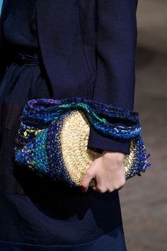 Daniela Gregis < Sfilate < Moda < Home page Beau Crochet, Diy Crochet And Knitting, Crochet Clutch, Crochet Purses, Potli Bags, Crochet Leaves, Jute Bags, Embroidery Fashion, Knit Fashion