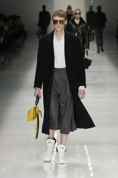 Shop the best Fendi collections for women, men and kids online: runway looks, bags, accessories, jewelry and much more. Fendi, Fashion Show, Mens Fashion, Fashion Trends, Milano Fashion Week, Street Look, Kids Online, Special Events, Fall Winter