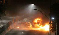 Grupo fecha avenida e incendeia veículos