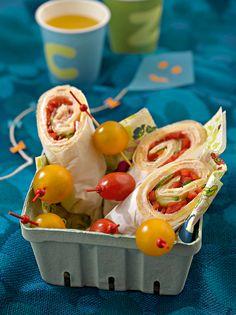 Pikante Pfannkuchen-Rollen mit Gemüse, Käse und Putenbrust für unterwegs oder ein Picknick