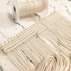 There is something so exciting about starting a new piece —- a blank slate with so much possibility! Of course about halfway though I end up doubting myself and hating it . This piece is gonna be all about the clove hitch knot! ➿ . . . #modernmacrame #bonnybeedesigns