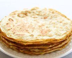 Een lekker koolhydraatarm lunch of ontbijtgerecht, koolhydraatarme pannenkoeken. De koolhydraatarme pannenkoeken zijn gemaakt van eieren, kokosmeel, arrowroot en melk. Met dit recept maak je ongeveer acht dunne koolhydraatarme pannenkoeken. Een portie staat gelijk aan twee pannenkoeken.