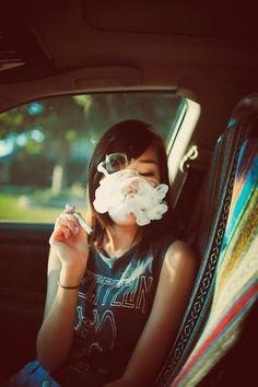 Курящие марихуану девушки картинка конопли на экран