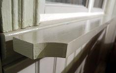 Vi förborrade brädan innan vi drog igenom skruven. I kammaren ska de målas med 40 procent grå umbra och i köket med 25 procent grönjord B. Skruvhålen på framsidan tätar jag med linoljekitt. Stairs, Home Decor, Ska, Stairway, Decoration Home, Room Decor, Staircases, Home Interior Design, Ladders