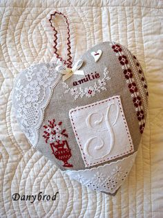 """Things dear to the heart: """"Handstitched hearts"""" Patchwork Heart, Crazy Patchwork, Embroidery Monogram, Hand Embroidery, Crazy Heart, Vintage Crochet Patterns, Fabric Hearts, Quilted Ornaments, Christmas Hearts"""