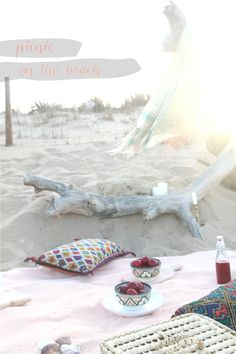 The perfect picnic inspiration // Inspiración para un picnic de verano // Little * Haus Magazine Outdoor Gardens, Beach Mat, Sweet Home, Outdoor Blanket, Strand, Interiors, Sea, Holidays, Party