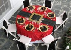 santa-claus-table-setting-christmas Santa Belly Table Setting– Set the table with a red tablecloth, a black table runner, and cut out a buckle with cardboard, then spray paint it gold. Love it! (source unknown)