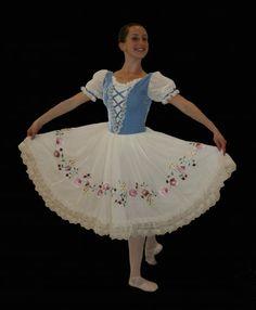 Ciao peasant. Ballet Kids, Ballet Tutu, Ballerina Dress, Tutu Costumes, Ballet Costumes, Ballet Shows, Ballet Pictures, Ballet Clothes, Pretty Ballerinas