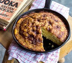Tämä resepti on 1943 julkaistusta lehtisestä Pula-ajan leivonnaisia. Kakku muistuttaa pullakakkua, johon kanelikuorrute antaa lisämakua ja mehevyyttä. Pula, Iron Pan, French Toast, Food And Drink, Baking, Breakfast, Morning Coffee, Bakken, Backen