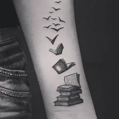 Charming book tattoo designs ideas for bookworms 27 Bookworm Tattoo, Writer Tattoo, Book Tattoo, Tattoo Quotes, Tattoo Buch, Tattoo Liebe, Paar Tattoo, Body Art Tattoos, New Tattoos