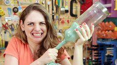 Se você olhar uma rolha solta dentro de uma garrafa, parece impossível tirá-la dali sem quebrar o vidro. Seus amigos também vão