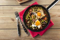 Ovos escalfados com ervilhas Grill Pan, Ramen, Grilling, Meals, Ethnic Recipes, Kitchen, Food, Snow Peas, Spices