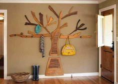 decoração da parede árvore feita com peças de madeira