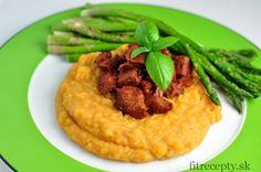 Chutný a zdravý obed alebo večera – hovädzie mäso s hrachovou kašou a špargľou. Suroviny sa chuťovo skvelodopĺňajú. Ingrediencie (na 4 porcie): 400g hovädzieho karé 200g žltého hrachu 400g zelenej špargle 4 PL paradajkového pretlaku 2 PL sójovej omáčky 100ml vody 1 cibuľa 1 ČL kokosového oleja 1 ČL cesnakového korenia 1/2 ČL mletej papriky […]