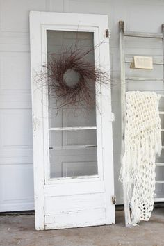 simple, shabby sweetness - white screen door and twig wreath Vintage Screen Doors, Sliding Screen Doors, Metal Screen, Porch Candy, Best Portable Projector, Screened Porch Decorating, Old Doors, Barn Doors, Green Screen Backgrounds