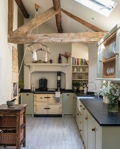 A Country House in Norfolk Designed by Veere Grenney Happy Sunday . This charming country kitchen in a beautiful market town in the Cotswolds was designed by The post A Country House in Norfolk Designed by Veere Grenney appeared first on Architecture Diy. Rustic Kitchen, New Kitchen, Kitchen Decor, Country Kitchen Farmhouse, Rustic Cottage, Cotswold Cottage Interior, Green Country Kitchen, Small Country Kitchens, Modern Cottage Style
