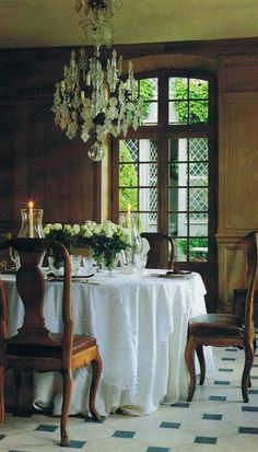 Rozenhout Traditional Home 3...a beautiful table with white tablecloth!