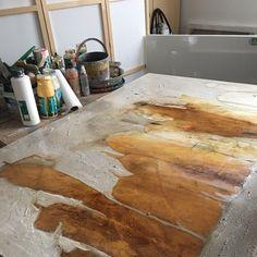 Viel Wasser und viel Farbe, jetzt heißt es erst mal Zeit zum Trocknen 😀 Hardwood Floors, Flooring, Texture, Crafts, Atelier, Abstract Pictures, Painting Abstract, Abstract Landscape, Modern Art Paintings