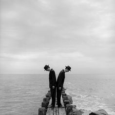 Like the surrealist painter René Magritte photographer Rodney Smith ( is famous for his ingenious use of hats as symbols as metaphors as props. Here a pair of twins at Sherwood Island Connecticut // blackandwhiteisworththefight Goldscheider, Jean Paul Sartre, Great Photographers, Portrait Photographers, Long Island, Couple S'embrassant, Rodney Smith, Rene Magritte, A Series Of Unfortunate Events