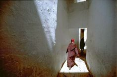 bruno barbey - morocco. fez. alley near the sanctuary of moulay idriss. 1984. (magnum photos)