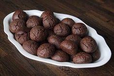 Nemáte před Vánoci čas péct deset druhů cukroví a hledáte recept na něco jednoduchého, ale přitom delikátního? Vyzkoušejte třeba tento! Almond, Cookies, Chocolate, Vegetables, Ethnic Recipes, Desserts, Food, Author, Crack Crackers