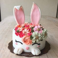 buttercream This adorable bunny floral cake would be great for a unique baby girl shower or a girl's first birthday! It also works well with a woodland baby shower theme. Baby Girl Birthday Cake, Baby Girl Cakes, Fondant Cakes, Cupcake Cakes, Fondant Cake Designs, Easter Bunny Cake, Bunny Cakes, Decoration Patisserie, Rabbit Cake