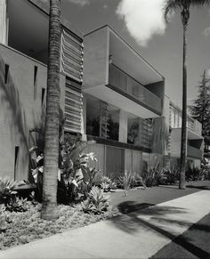 Salomon Apartments built 3200 Sixth Avenue, San Diego, CA. Photography by Julius Shulman Beautiful Architecture, Architecture Design, Outside Room, Arch House, San Diego Houses, Architectural Photographers, Interesting Buildings, Mid Century House, Mid Century Modern Design