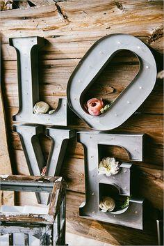 love sign @weddingchicks