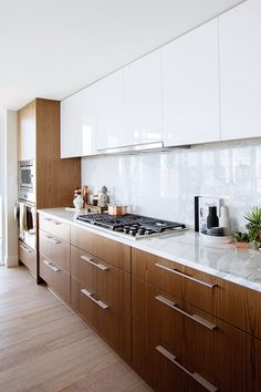 A freshly minted condo in downtown Vancouver gives its expat owners a home base that's close to the action but feels worlds away from everything. Kitchen Reno, Home Decor Kitchen, Kitchen Dining, Kitchen Cabinets, Kitchen Ideas, Dining Room, Modern Home Interior Design, Home Office Design, Style At Home