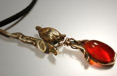 85,00 € Pendentif d'opale de feu du Mexique Pierre opale de feu du Mexique 100 % naturelle. Raffiné et délicat, ce pendentif en bronze doré patiné et vieilli monté avec une opale de feu d'un orange vif représentant un oiseau dans une liane de feuilles est fait pour les amoureux de la nature ! Vous …