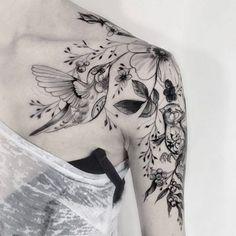 tatuajes de colibries para mujer con flores